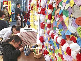 イトーヨーカドー秦野店入口には、市民から多くのメッセージが寄せられた(3月4日)
