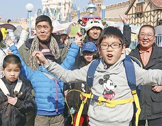 ディズニーランドを楽しむ子どもたちと職員、田崎園長(右)