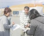 陸前高田で寄付金を渡す相原会長(左)ら