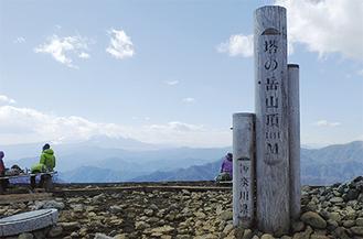 美しい山々の稜線が見える塔ノ岳山頂(3月10日撮影)