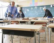 教室の机を秦野産ヒノキに