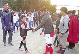 握手を交わす選手たち
