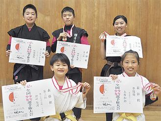 手前左から理崎君、上原さん、後列左から松田君、田中君、佐藤さん