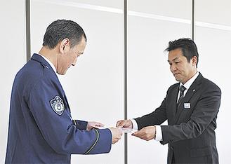 渡邉支店長に依頼書を手渡す片山署長(左)