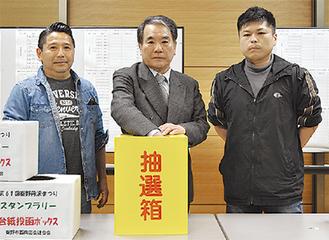 関野会長(中央)ら西商連のメンバー