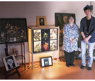 甘粕記代美さん(左)の行燈と切り絵作品