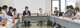 総会で意見を交わす秦野市学童保育連絡協議会のメンバー