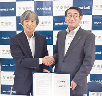 辰野会長(左)と古谷市長