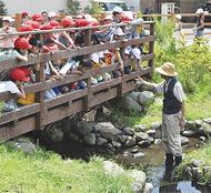 地元の湧水学ぶ