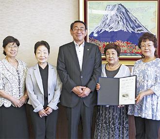 古谷市長に寄付金を手渡した北村会長(中央右)