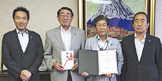 ゴルフを主催した神倉県議(左)とあづまライオンズクラブの清水会長(中央右)と入野さん