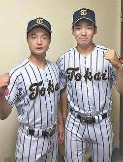 甲子園出場を決めた小玉主将(右)と鹿倉捕手(左)〈家族提供〉