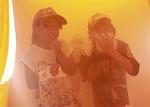煙体験でタオルで口を覆い歩く児童