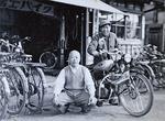 昭和30年代、店先で。八郎さん(左)と公平さん