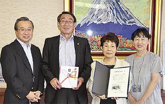 木澤さん(中央右)から古谷市長に目録が手渡された