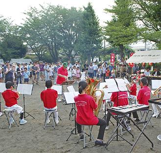 秦野少女ラッパ鼓隊による演奏を楽しむ参加者