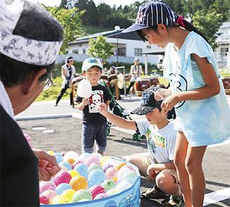 秦野観光和太鼓が響く団地でヨーヨー釣りに熱中する子どもたち