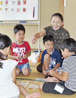 こどもたちに英語を教えるアイリーン青木さん