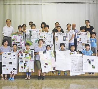 手作り新聞を掲げる参加者=東公民館提供=