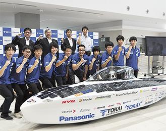 東海大学ソーラーカーチームのメンバーと新型車両