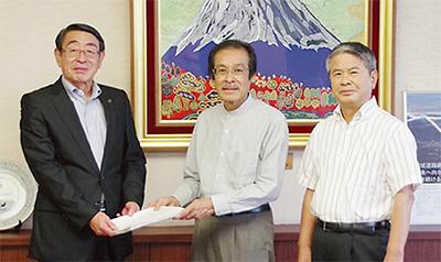 報告書を手渡す斉藤部会長