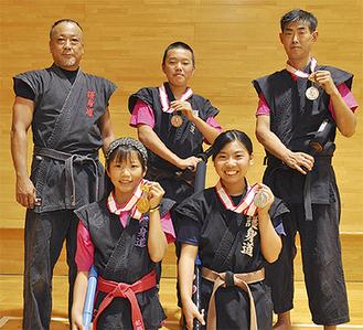 指導する竹内義親先生(後列左)と入賞したメンバーら