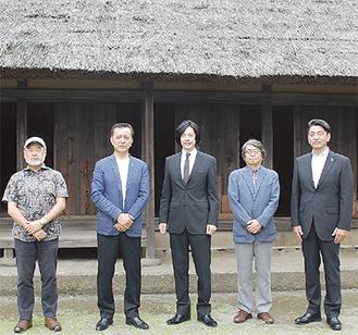 会見に臨んだ(左から)五十嵐監督、小田原藩主大久保忠真役の榎木孝明さん、合田さん。金次郎の生家で