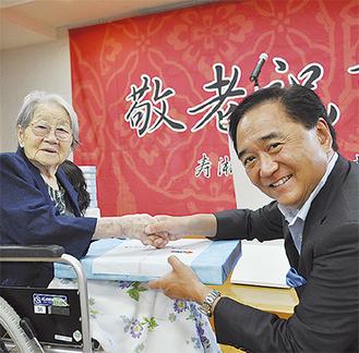最高齢の内田さんに記念品を渡す黒岩知事