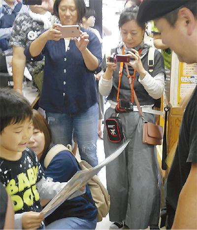 小野瀬さんに渡す感謝状を読む福島の子ども