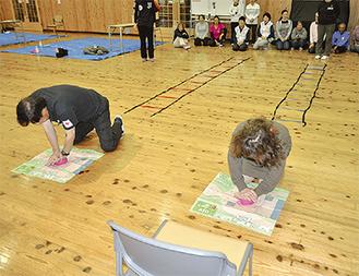 ゲーム感覚で救助技術を学ぶ参加者