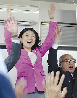 支持者らと当選を祝う牧島氏