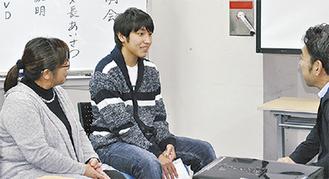 お母さん(左)と共に、自身の体験や学校生活を話す2年の藤野賢汰君(中央)