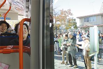 駅前広場から始発を見送る人たち