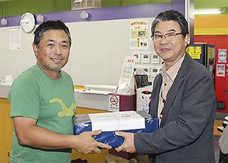 個人優勝の渡辺さん(左)と杉山会長
