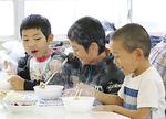 自然薯の天ぷらや豚汁を食べ「おいしい〜」