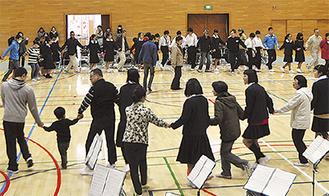 輪になって踊る参加者