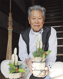 制作した門松を持つ熊澤さん