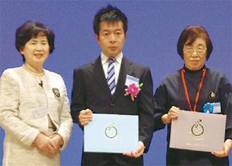 受賞した大久保代表(中央)と松邨会長(右)
