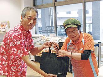 記念品を手にする井上さん(右)