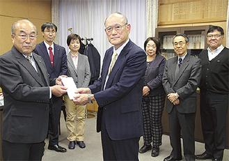 石田さん(左)が募金を手渡した
