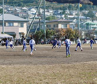 声援を受けながらボールを追いかける選手