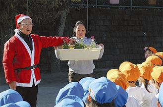 花の説明をする栗原さん(左)