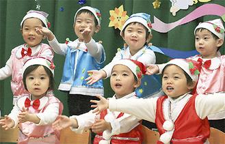 サンタクロースの歌をうたう子どもたち