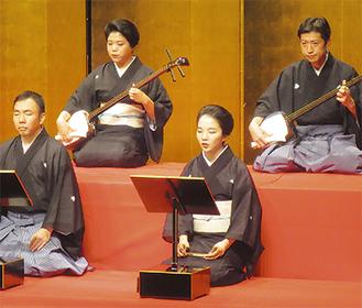 清元の舞台に立つ浦田さん(前列右)