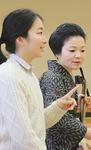 かがみ会に向け先輩らと打ち合わせする浦田さん(左)