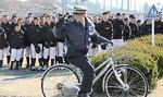 選手の前で、発進前の後方確認を実演する石川巡査部長