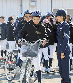 交通公園で警察官から実技指導を受ける選手たち