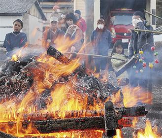 人々が見守る中、どんど焼きで2代目の小屋が供養された