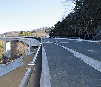 区間に新設された篠窪大橋 =2月6日撮影