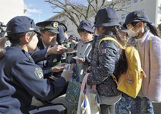 はだの乙女隊隊員と片山署長から隊員証を受け取る園児ら